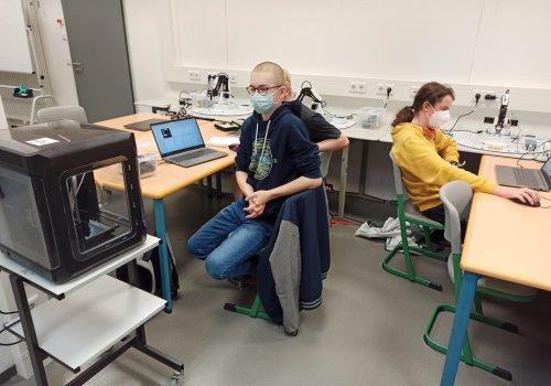 Erste Unterrichte im Robotik-Labor